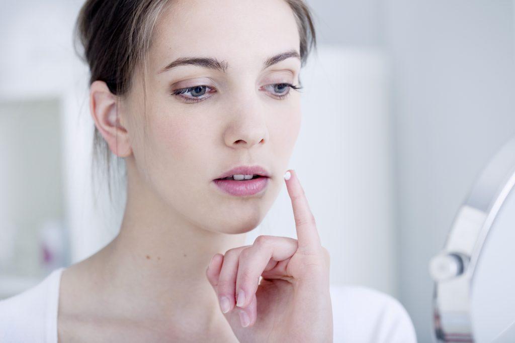 Прыщ на губе примета объяснит причину явления