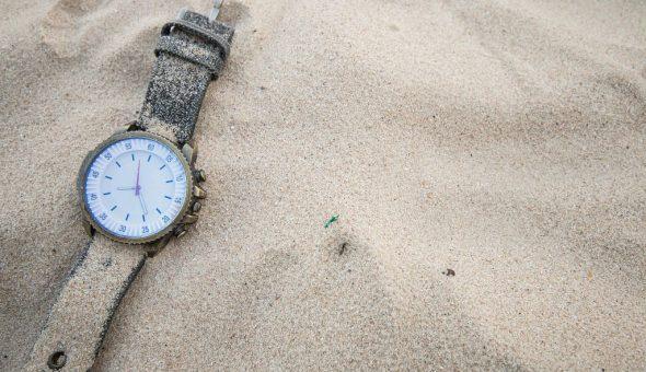 Нельзя надевать чужие часы