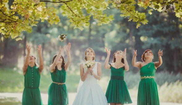 Девушка поймала букет невесты