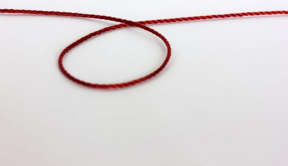 Красная нить браслета желаний обозначает финансовую стабильность