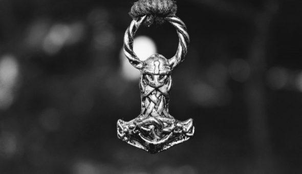 Молот Тора символизирует победу добра над злом