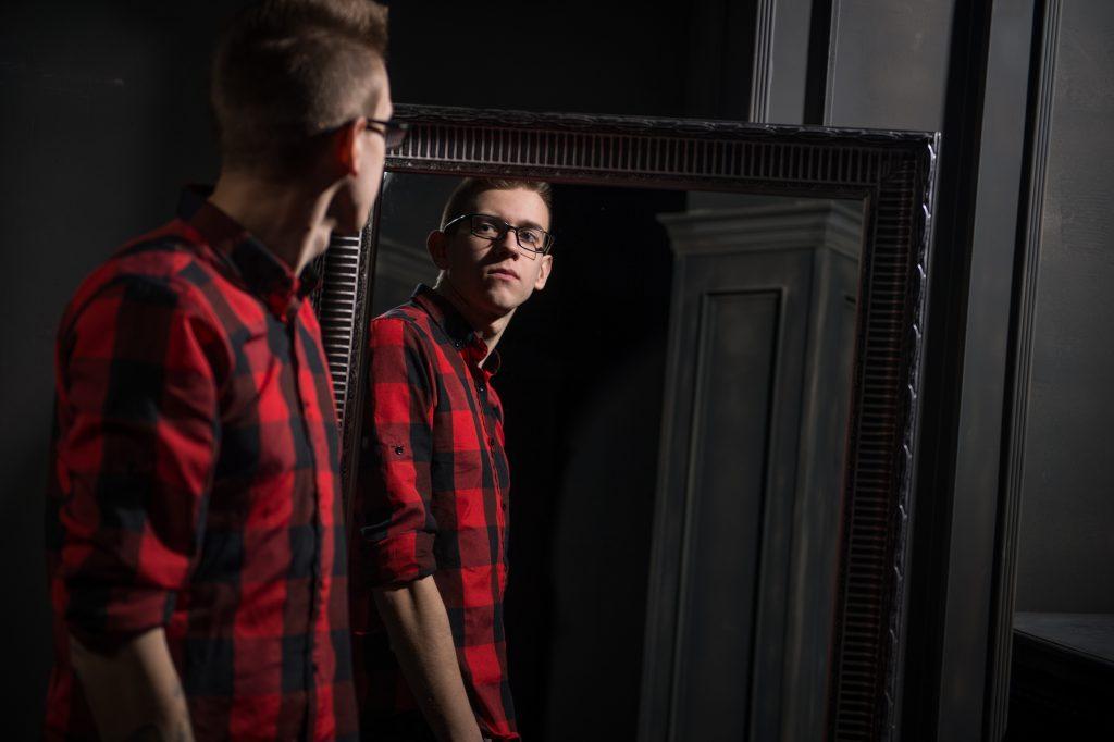 Можно ли устанавливать зеркало напротив входной двери