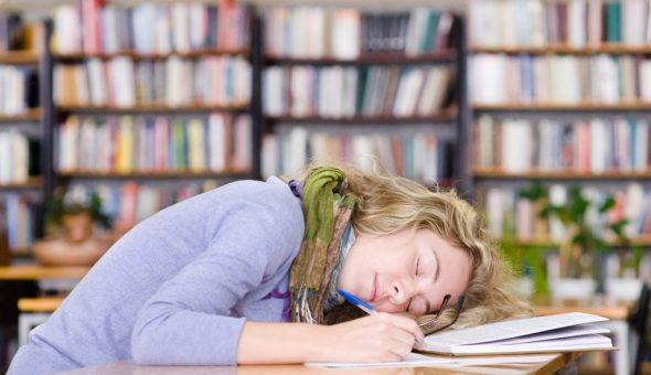 Сон на конспектах перед экзаменом