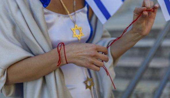 Красные нити носят на обеих руках