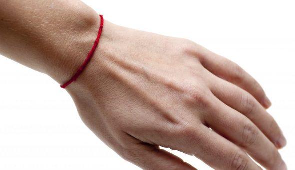 Красную нить носят на запястье левой и правой руки