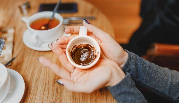 Девушка при гадании на кофейной гуще